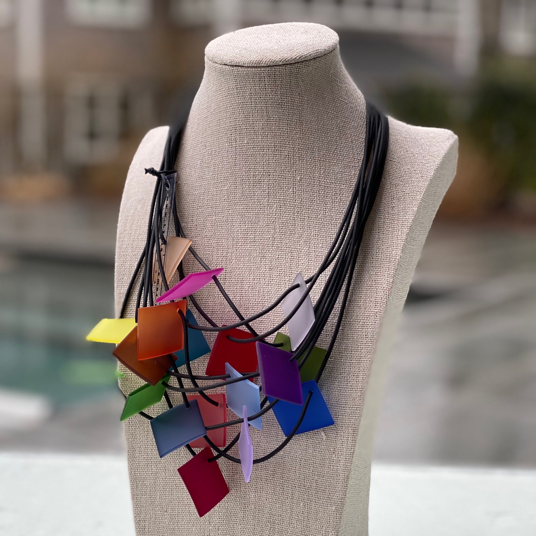 NECKLACE WITH 9 STRINGS MAGNETIC CLOSURE AND SQUARES
