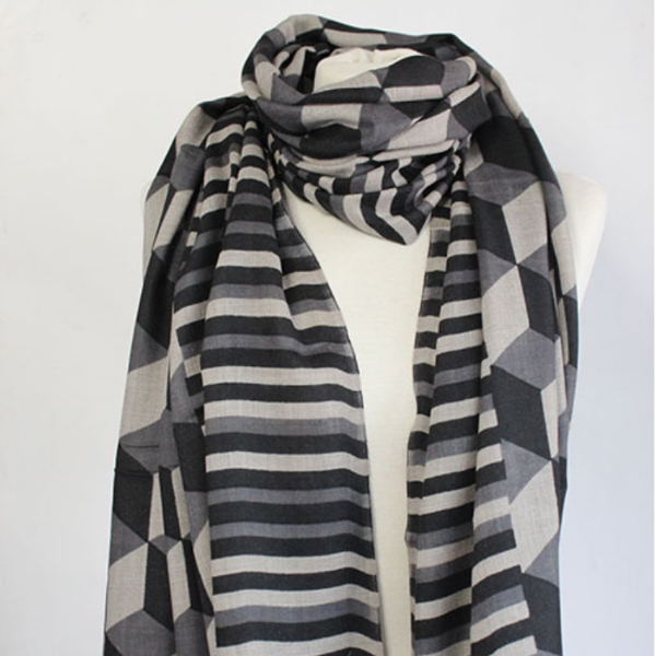 Closeup of the Block 100% Cashmere Scarf in black by Sjaelz & More.