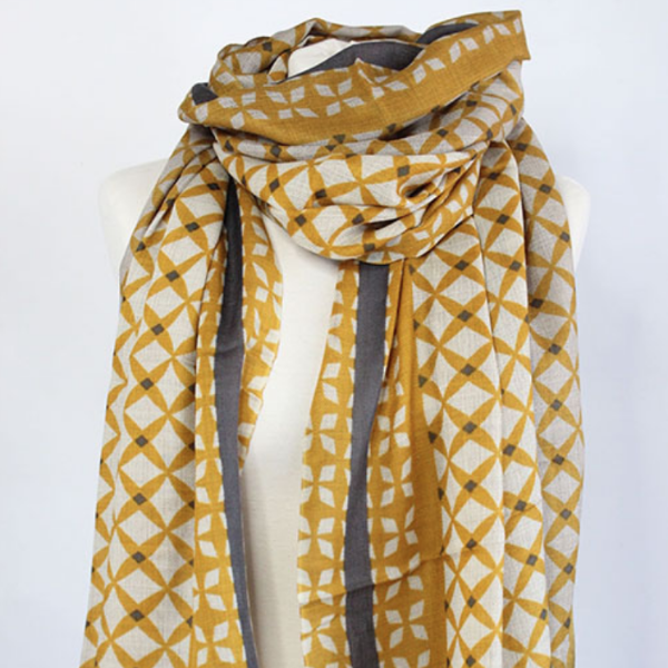 Close up of the 100% Cashmere Scarf in green curry by Sjaelz & More.