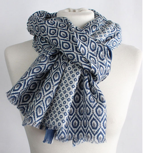 The New Geo 100% Cashmere Scarf in white blue grey by Sjaelz & More on a mannequin.