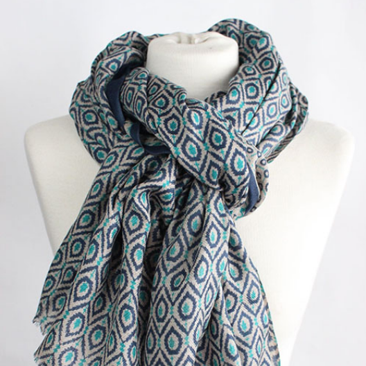 The New Geo 100% Cashmere Scarf in blue turquoise by Sjaelz & More on a mannequin.