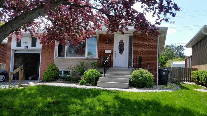 92 Beaver Bend Cres' Toronto' Ontario M9B5R6 <br>MLS® Number: W4463704<br>For Sale: $829'999<br>Bedrooms: 3