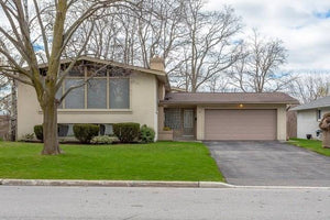 19 Treeline Crt' Toronto' Ontario M9C 1K7 <br>MLS® Number: W4456006<br>For Sale: $1'489'000<br>Bedrooms: 3