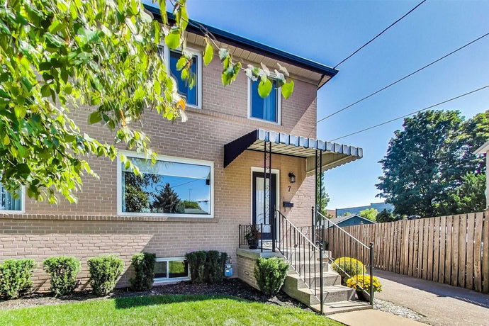 7 Gailmort Pl' Toronto' Ontario M6N1Z9 <br>MLS® Number: W4570445<br>For Sale: $799'900<br>Bedrooms: 3