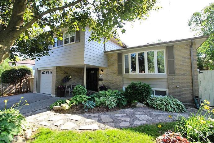 12 Banff Dr&sbquo; Aurora&sbquo; Ontario L4G3E2 <br>MLS® Number: N4454729<br>For Sale: $869&sbquo;800<br>Bedrooms: 3