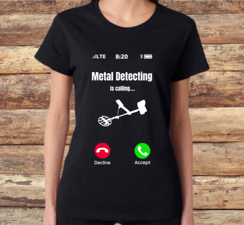 METAL DETECTING IS CALLING - WOMEN'S FITTED TEE