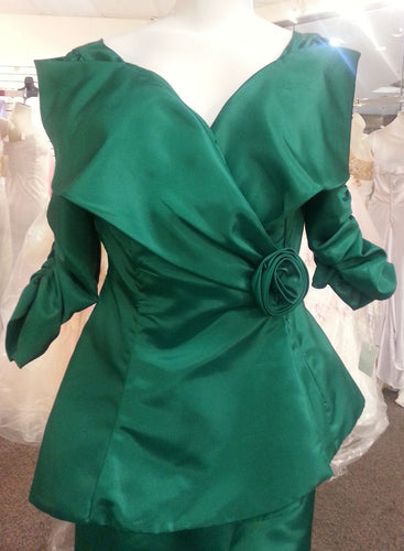 Green jacket, front view, flower broach, 3/4 sleeves