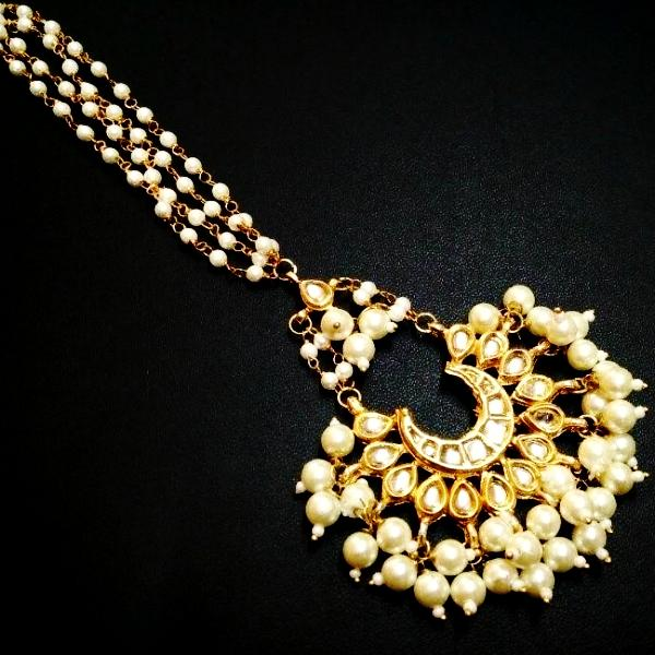 Gorgeous Kundan And Pearls Maangtikka