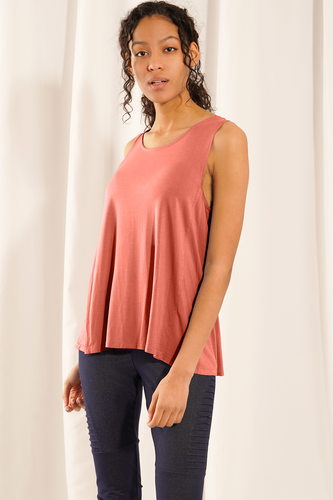 The chic and versatile Hannah Tank is constructed with bamboo jersey and has fixed mini buttons as a styling detail on the back. You'll love the feeling of soft bamboo viscose on your skin. Moisture-wicking and anti-bacterial, this silky-smooth fabric is great even for sensitive skin. Fabrication: 95% Viscose from Bamboo 5% Spandex LNBF Colour Dusty Rose Pink
