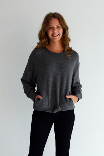 You'll be set this season with our Carrie Fleece Top! With its wide cuff, high-low hem, and felt pockets, you'll have all you need to stay comfortable and cute for the cold weather.  Fabrication: 66% Viscose from Bamboo 28% Cotton 6% Spandex LNBF Colour Shadow Grey $94.99