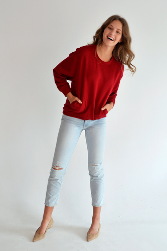 You'll be set this season with our Carrie Fleece Top! With its wide cuff, high-low hem, and felt pockets, you'll have all you need to stay comfortable and cute for the cold weather.  Fabrication: 66% Viscose from Bamboo 28% Cotton 6% Spandex LNBF Colour Ruby Red $94.99
