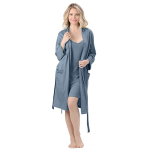 The Noreen Bath Robe Soft, breathable, moisture wicking absorbent and antibacterial. Great to pair with an Emily Nightgown, it has an inside tie, belt loops with tie on the outside and patch pockets. Proudly Made in Canada Fabrication: 70% Rayon from Bamboo 30% Organic Cotton Jersey ECO-ESSENTIALS Colour Blue $80.00