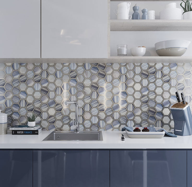Kitchen with decorative glass tiles with a marbled pattern in a hexagon mosaic