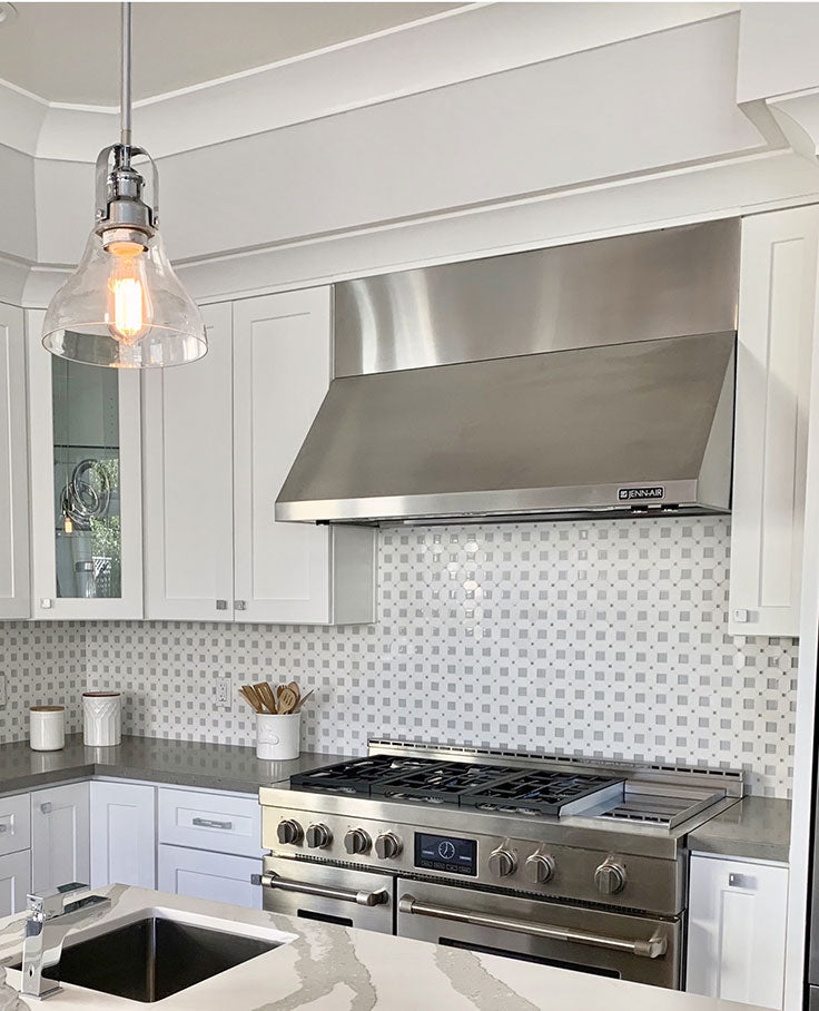This Thassos Octagon with Light Blue Glass Marble Mosaic Tile blends classic white marble and shiny glass for a traditional yet modern-looking glass tile kitchen backsplash.