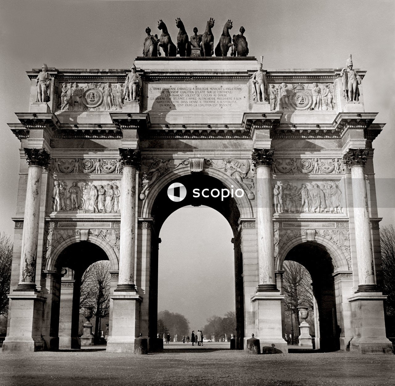 Grayscale photo of arc de triomphe