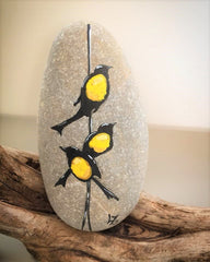 painted rocks birds happy home decorations Italy artist Lidia Zingerle