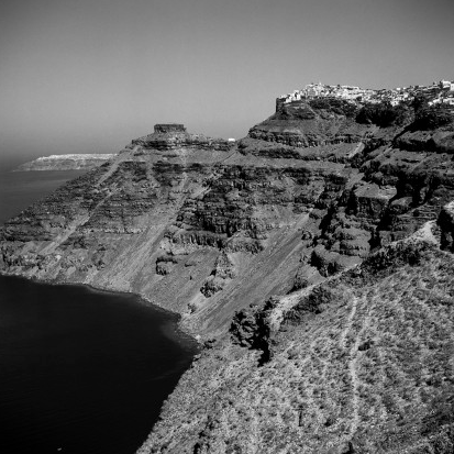 The different layers on the walls of the Caldera testify to the history of thousands of years of volcanic eruptions. In the background Skaros and from behind Oia. Robert McCabe The simplistic Santorini of the '50s 10 - tripatricks linking people to adventure