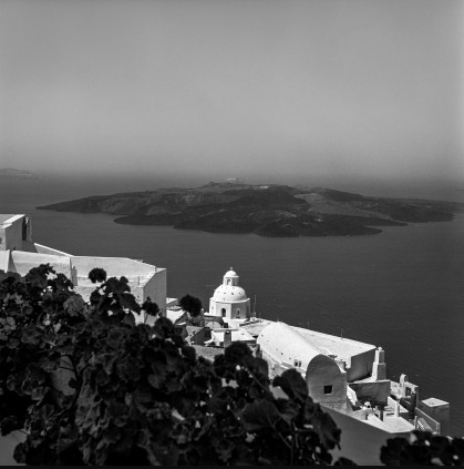 "Kato Fira. Agios Minas and the emblematic ""house of the archaeologist"". In the early 1960s the house with the dome was the residence of Chris Dumas. Later it was bought by Charalambos Sigalas. Both men excavated the island. Robert McCabe The simplistic Santorini of the '50s 8 - tripatricks linking people to adventure"