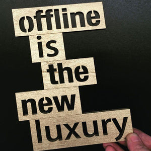 Holz-Schriftzug 'Offline is the new luxury'