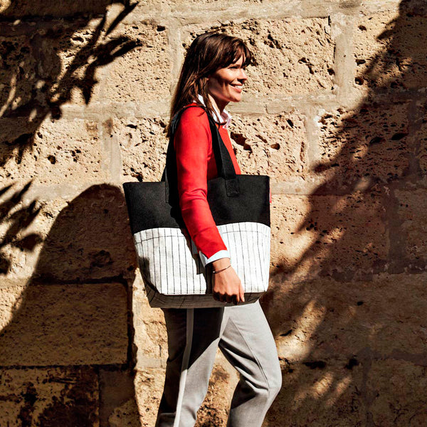 reisenthel #urban bag paris black & white large handbag on model