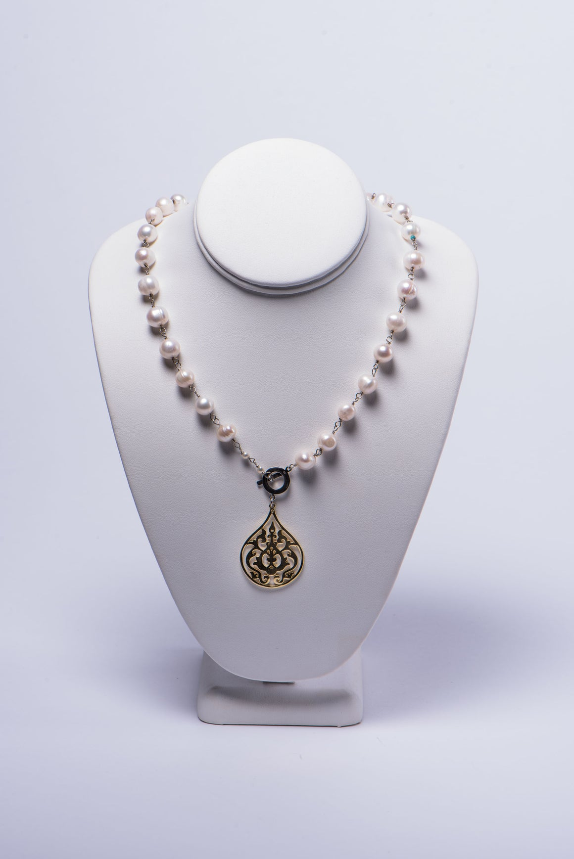 NADIA DAJANI - NECKLACE - PEARLS WITH GOLD-PLATED ARABESQUE PENDANT