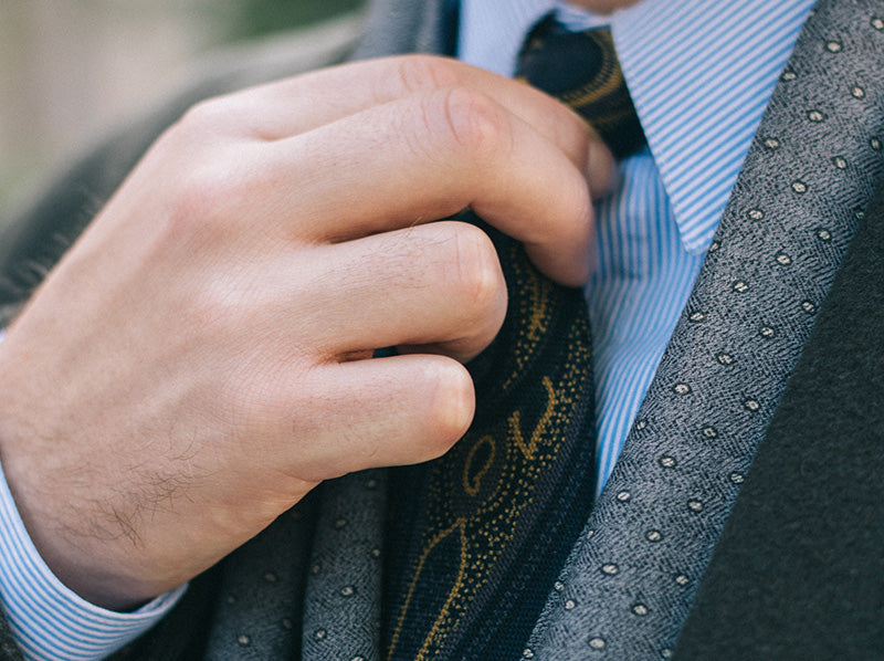 Tie how wrists a to necktie with How To