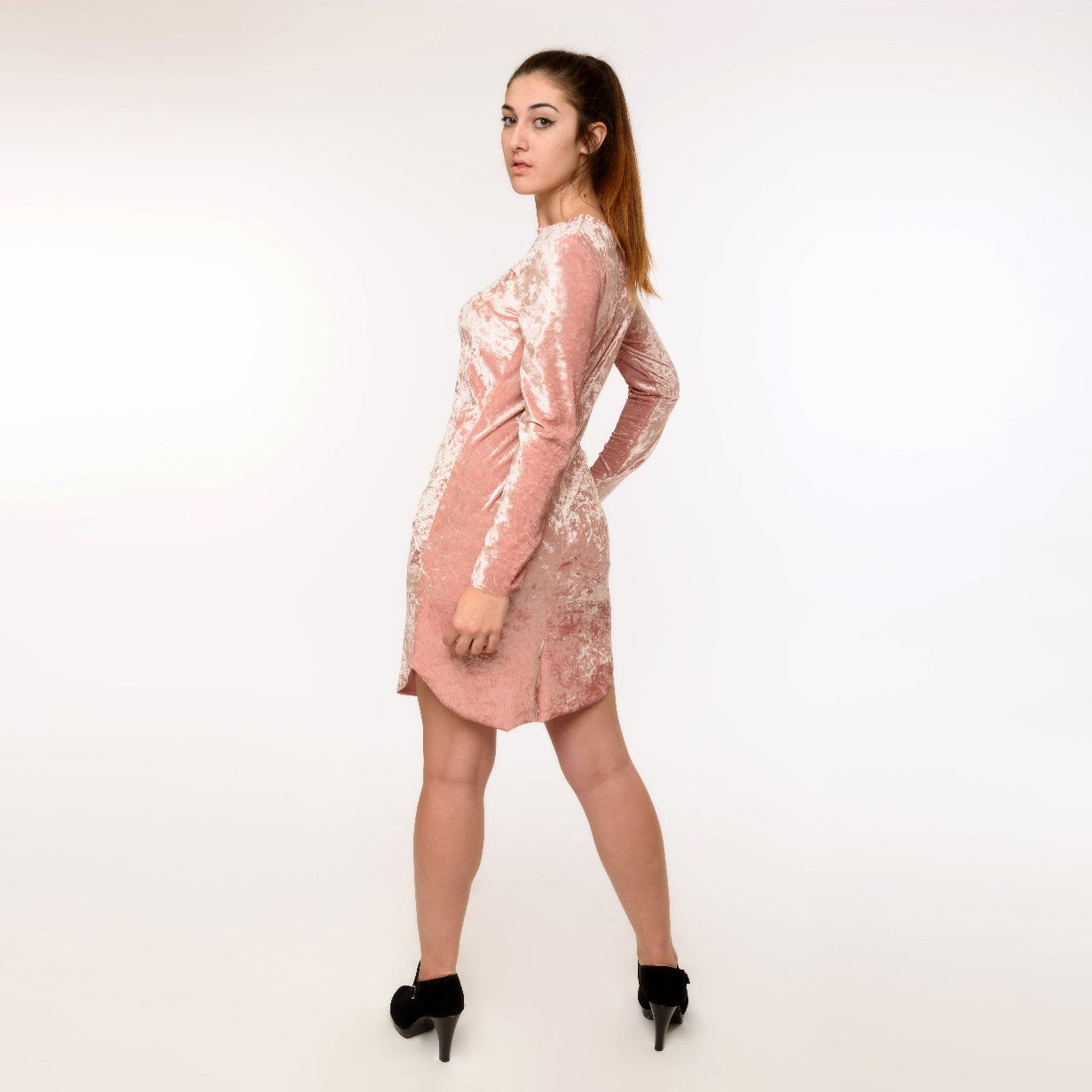 Very soft and touchable crushed velvet dress, with long sleeves. A casual outfit that stands out!