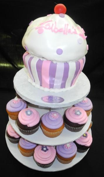 Large Fondant Cupcake with Smaller Cupcakes around - CC072