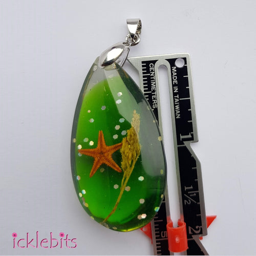 icklebits:Green Drop Pendant With Sea Shells and Glitter