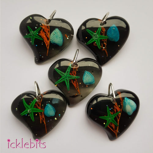 icklebits:Black/Grey Heart Pendant With Sea Shells and Glitter