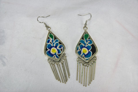 Inverted Kite-shaped medium earrings with dangles