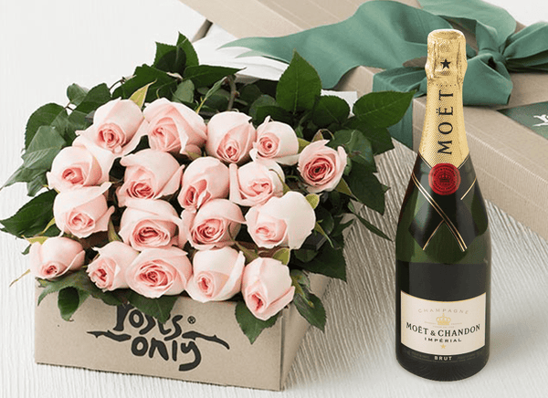 18 PASTEL PINK ROSE GIFT BOX & MOET CHANDON 750ML