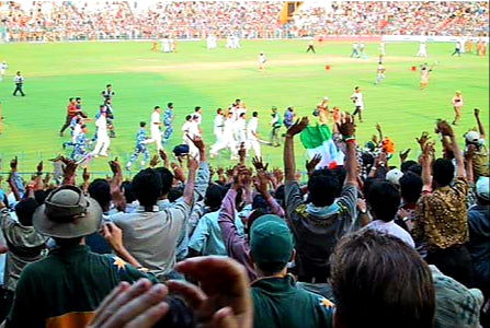 Australian Cricket Tours - The Indian Cricket Team Doing A Lap Of Honour After Victory At Eden Gardens, Kolkata During The 2nd Test Match Between Australia vs India 2001