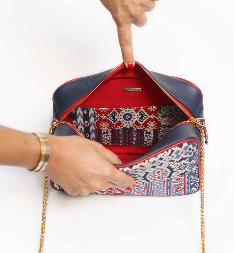 Paris Mon Amour bag : Navy blue leather, printed batik, gold-tone handle and zipper, navy blue shoulder protection, red lining with 1 inside pocket.