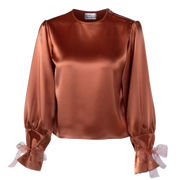 Long-sleeved boiler color blouse. Shoulder copper zipper. Knotted.