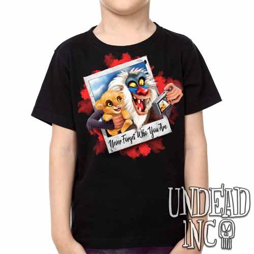 The Lion King Simba and Rafiki Selfie  -  Kids Unisex Girls and Boys T shirt