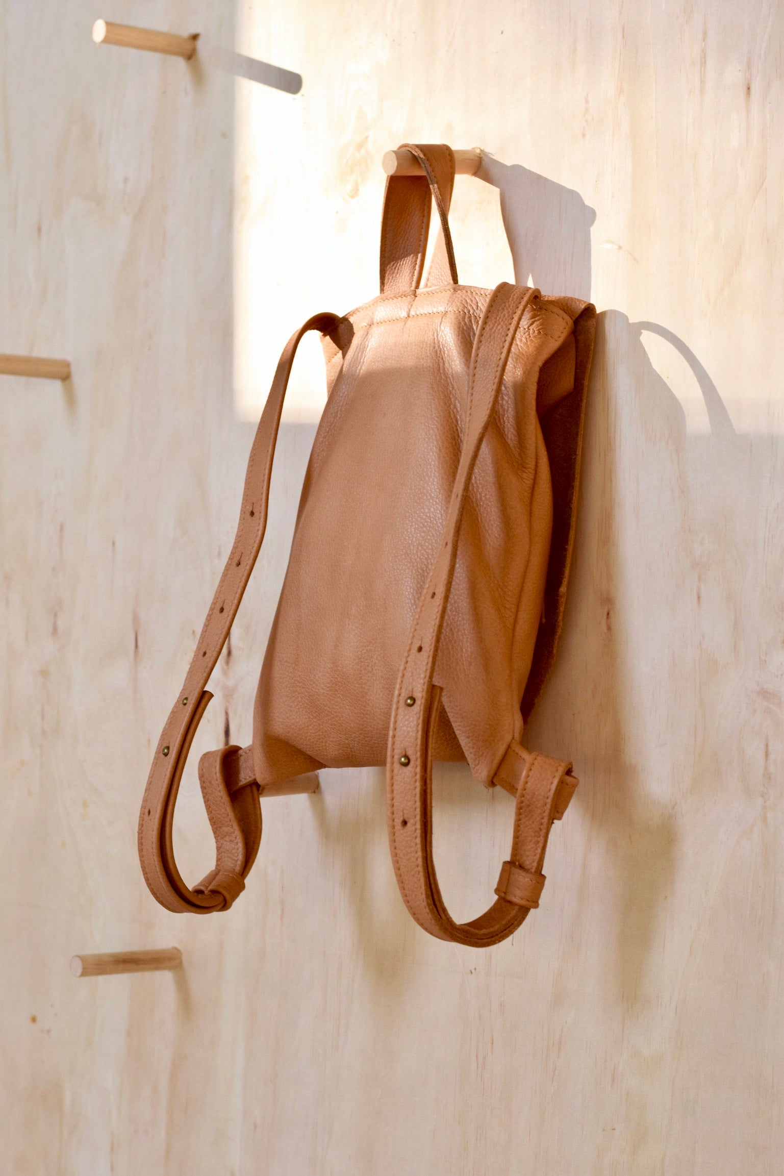 O OSLO - leather backpack with hook strap - saddle tan