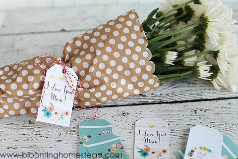 Floral Mother's Day Gift Tag Printable- Make your Mother's Day gift even more special this year with one of these gorgeous free printable Mother's Day gift tags! There are so many pretty designs to choose from! | tags for homemade gifts, tags for DIY gifts, #freePrintables #mothersDay #giftTags #DigitalDownloadShop