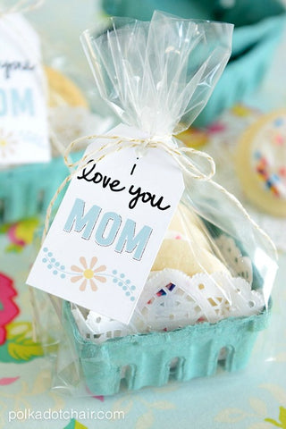 Free Printable I Love You Mom Tags- Make your Mother's Day gift even more special this year with one of these gorgeous free printable Mother's Day gift tags! There are so many pretty designs to choose from! | tags for homemade gifts, tags for DIY gifts, #freePrintables #mothersDay #giftTags #DigitalDownloadShop