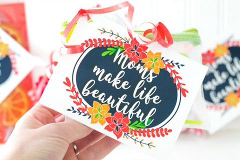 Moms Make Life Beautiful Tag Printable- Make your Mother's Day gift even more special this year with one of these gorgeous free printable Mother's Day gift tags! There are so many pretty designs to choose from! | tags for homemade gifts, tags for DIY gifts, #freePrintables #mothersDay #giftTags #DigitalDownloadShop