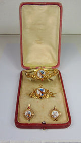 Gold set with bracelet, brooch and earrings with enamels and original box. Late 800th century - Antichità Galliera