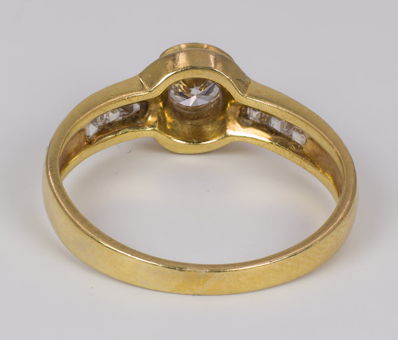 Anello vintage in oro 18k con diamante centrale ( 0.3ct circa ) e diamanti laterali, anni 60
