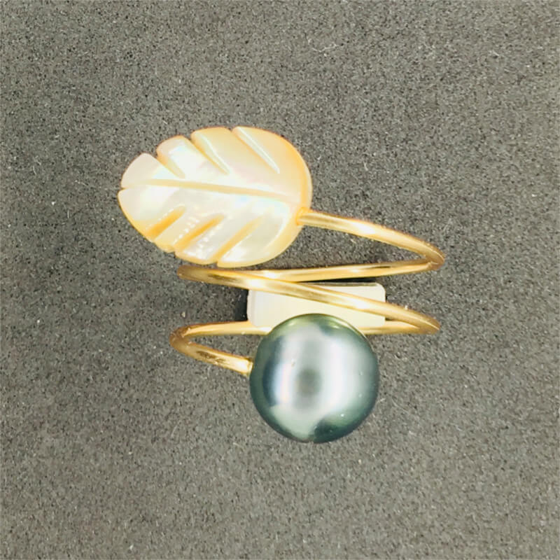 ring with Tahitian black pearls and golden mother-of-pearl leaf