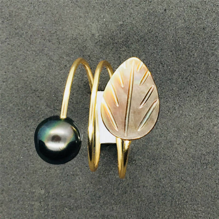 ring with pearl & black mother-of-pearl leaf