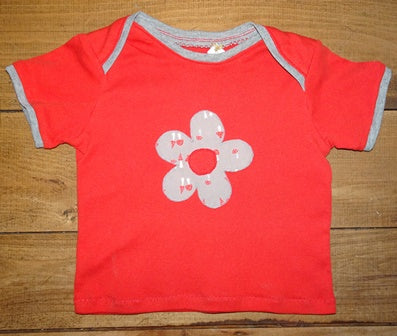 strick_bine  T-Shirt rot mit Blumen-Applikation