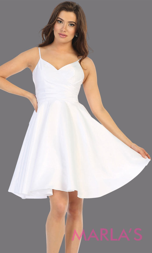 Short v neck white grade 8 graduation dress with flowy skirt from mayqueen.This white simple dress is perfect for plus size grad, homecoming, Bat Mitzvah, quinceanera damas, middle school graduation, bridal shower, junior bridesmaids