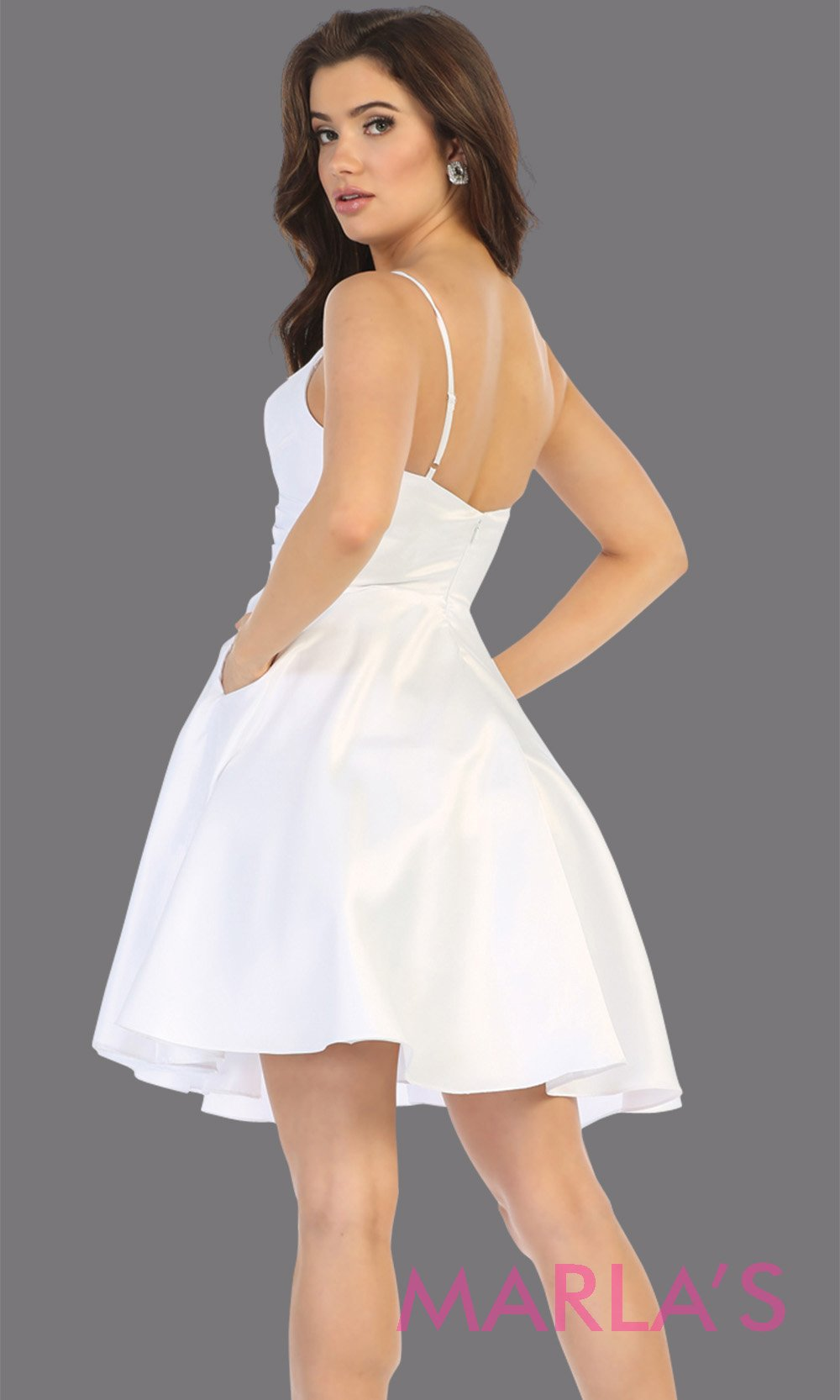 Back of Short v neck white grade 8 graduation dress with flowy skirt from mayqueen.This white simple dress is perfect for plus size grad, homecoming, Bat Mitzvah, quinceanera damas, middle school graduation, bridal shower, junior bridesmaids