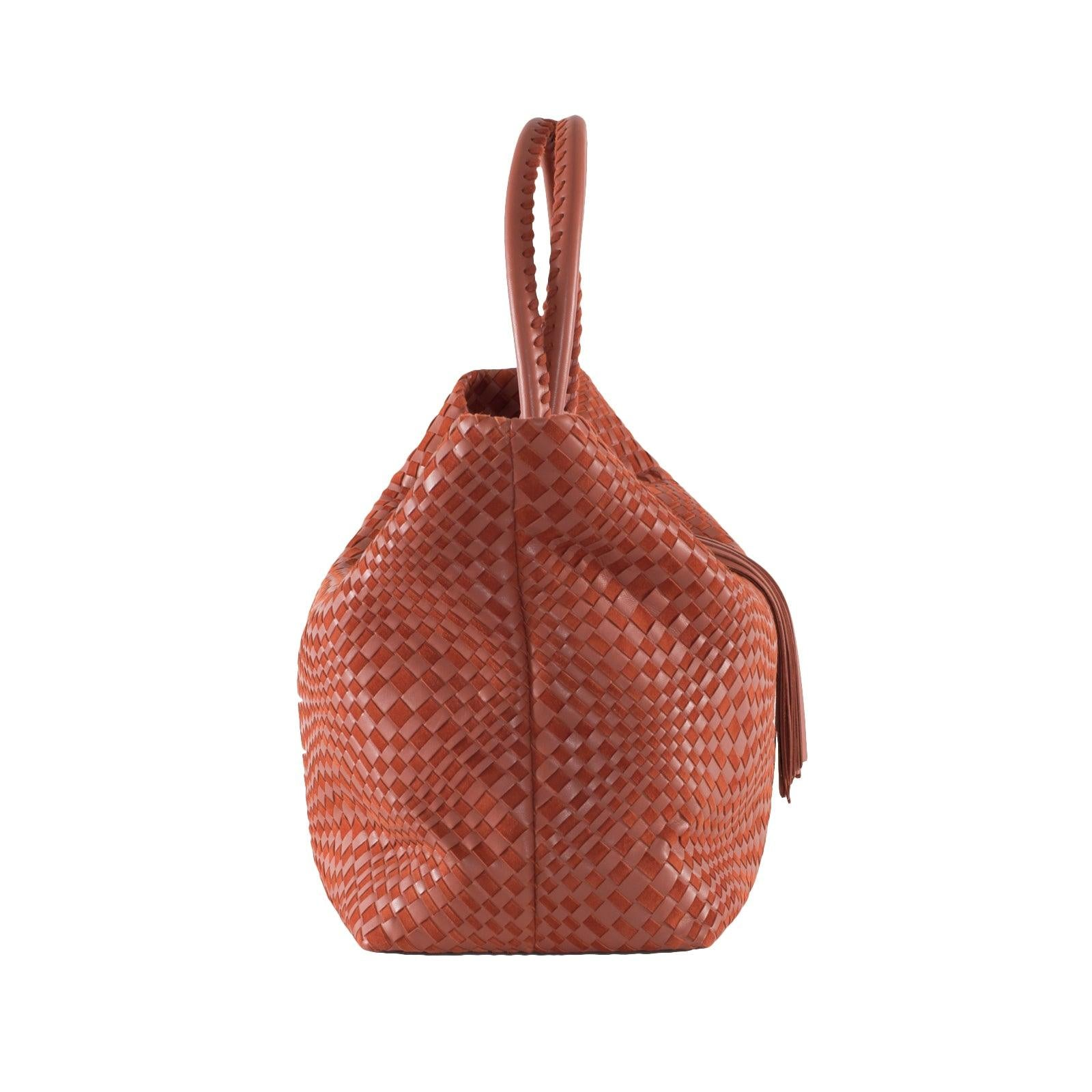 Jennifer Tattanelli crafted in Florence this gorgeous leather bag with a practical shape for everyday use, Sophia Maxi is the perfect sized tote to accompany you everywhere from a trip to the market to a trip in the air