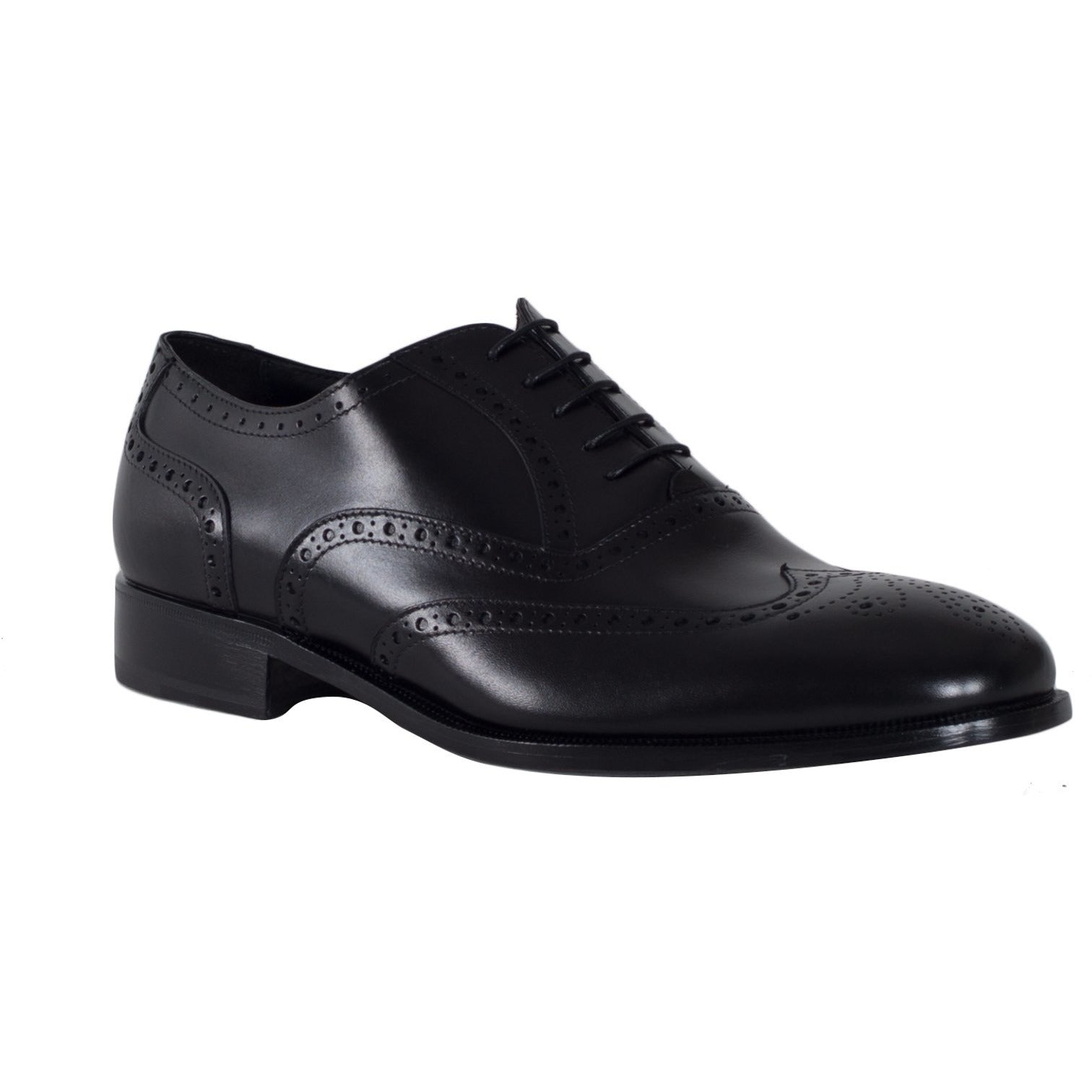 Jennifer Tattanelli crafted in Florence these wingtip men shoes feature brogued details and a genuine leather upper in a classic lace-up style