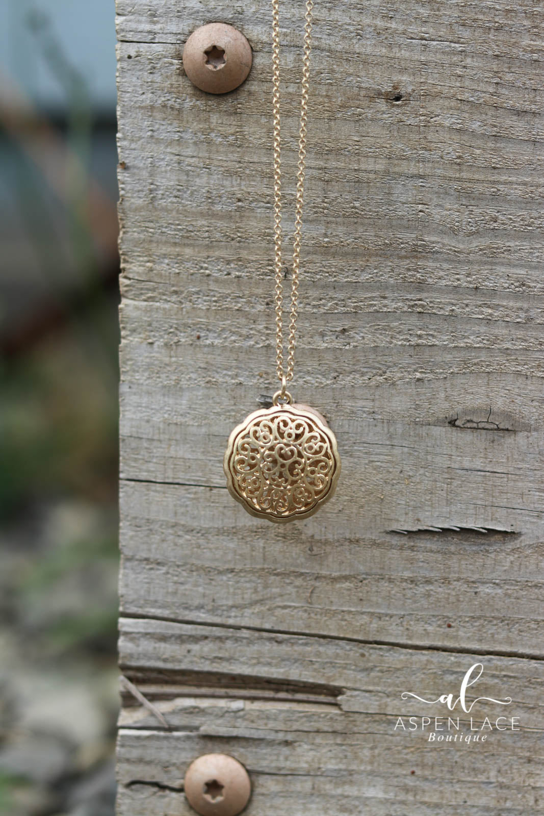 Filigree Disc Pendant Necklace (Gold)